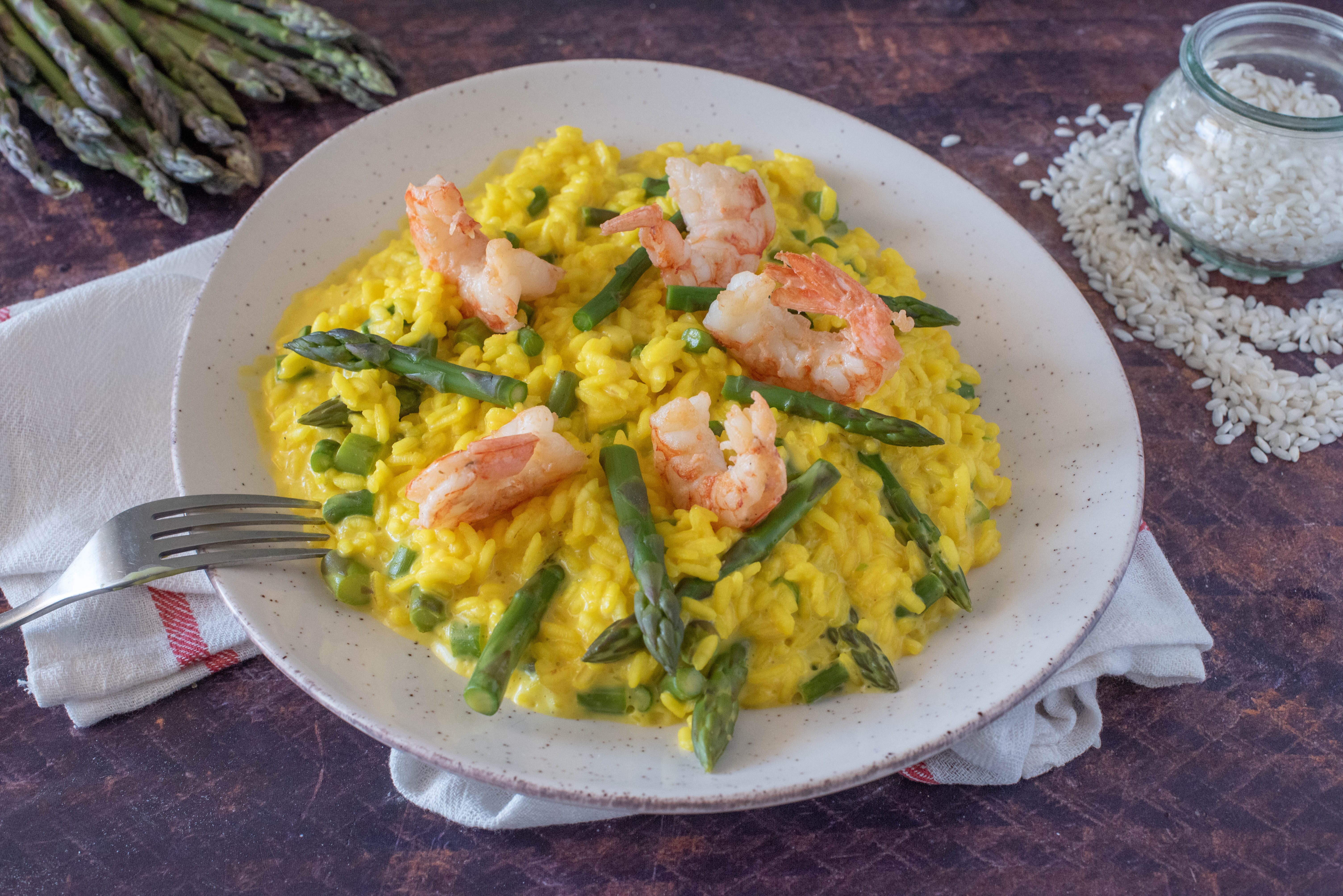 Risotto asparagi, gamberi e zafferano: la ricetta del primo gustoso e raffinato