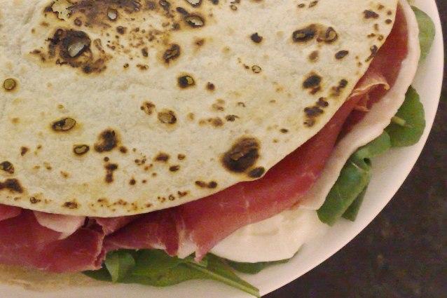 Piadina romagnola: la ricetta per prepararla con olio o strutto