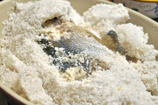 Ricette Pesce Orata Al Forno Sotto Sale.Branzino Al Sale La Ricetta Per Fare La Spigola In Crosta Di Sale