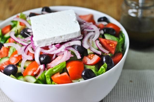 Insalata greca: la ricetta originale dell'horiatiki che sa d'estate