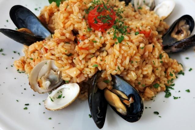 Risotto alla pescatora rosso: la ricetta per farlo cremoso