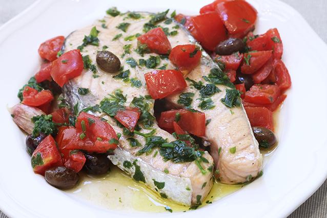 Salmone in padella con pomodorini e olive: la ricetta del trancio succoso e morbido