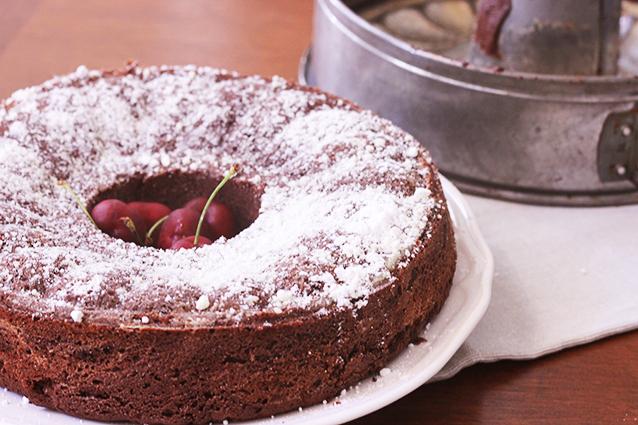 Ciambella al cioccolato: la ricetta facile del dolce da inzuppo