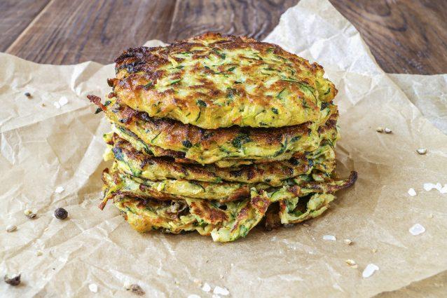 Ricetta Veloce Con Zucchine.Frittelle Di Zucchine La Ricetta Facile E Veloce Da Preparare