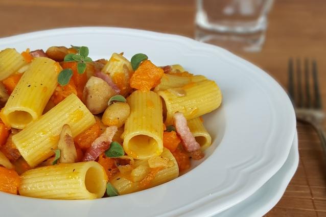 Rigatoni zucca e castagne con pancetta croccante: la ricetta autunnale
