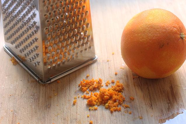 Grattugiare la scorza d arancia