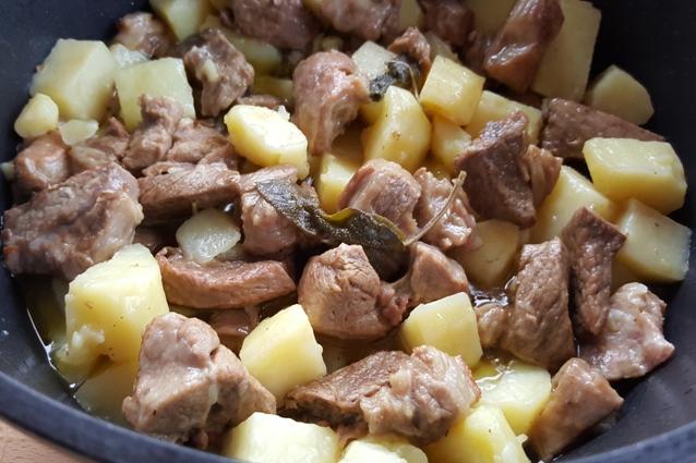 Spezzatino di agnello con patate: la ricetta ideale per farlo morbido