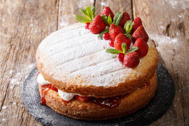 Victoria sponge cake: la ricetta originale della torta inglese golosa e sofficissima