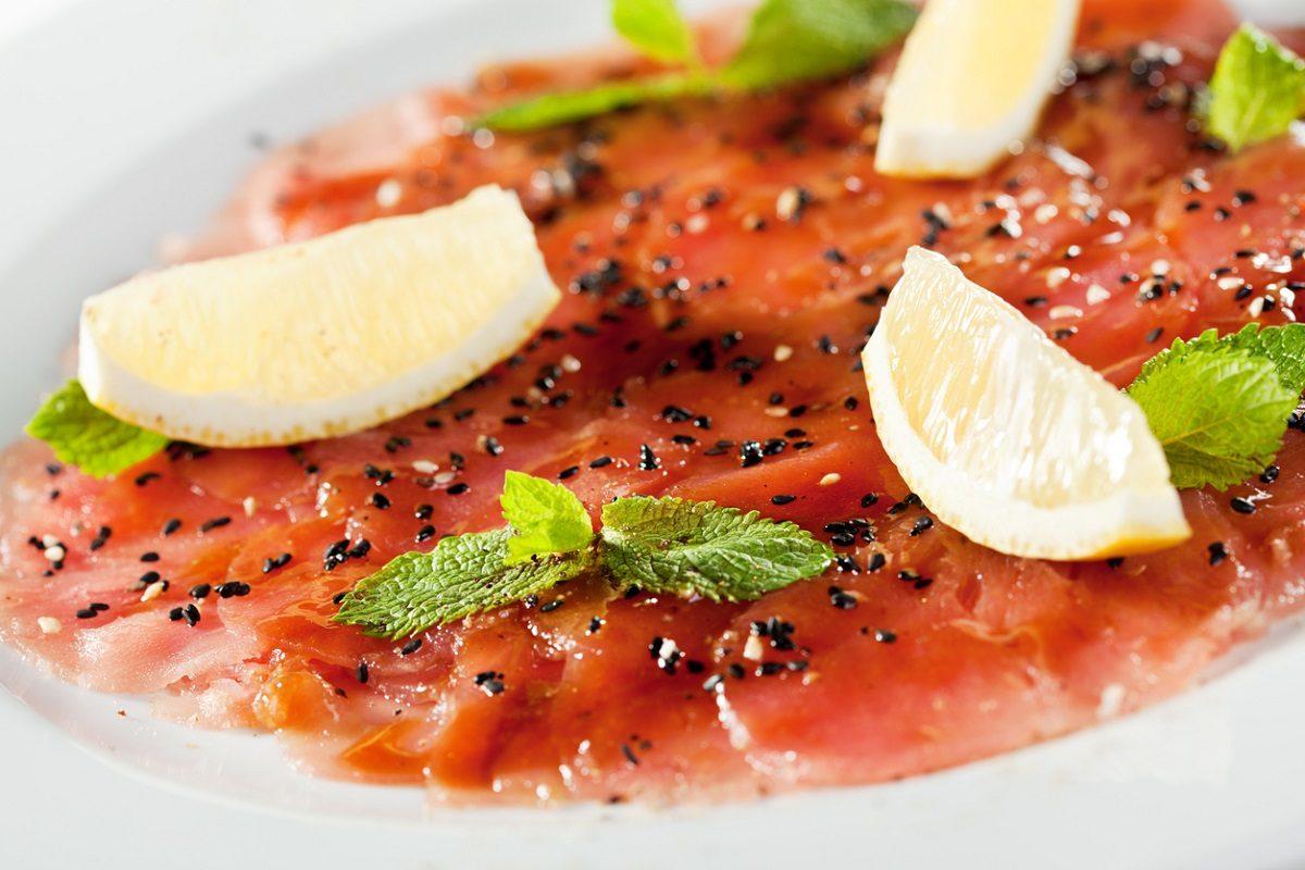 Carpaccio di tonno: la ricetta del secondo piatto fresco e gustoso