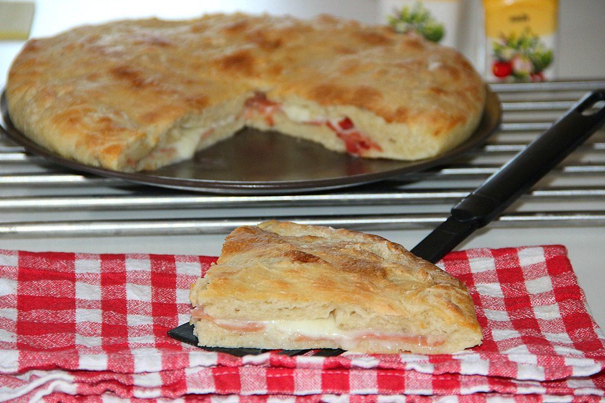 Focaccia ripiena: la ricetta con prosciutto crudo e mozzarella