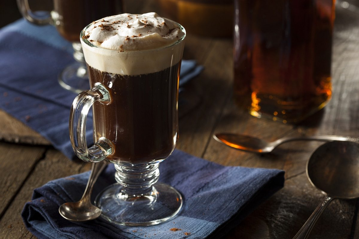 Irish coffee: la ricetta originale del cocktail al caffè irlandese