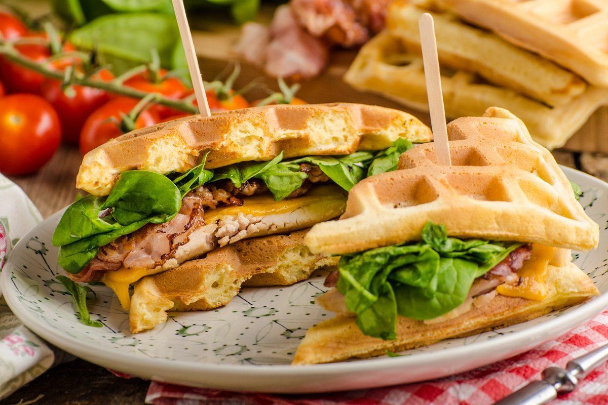 Waffle salati: la ricetta per un sandwich originale e gustoso