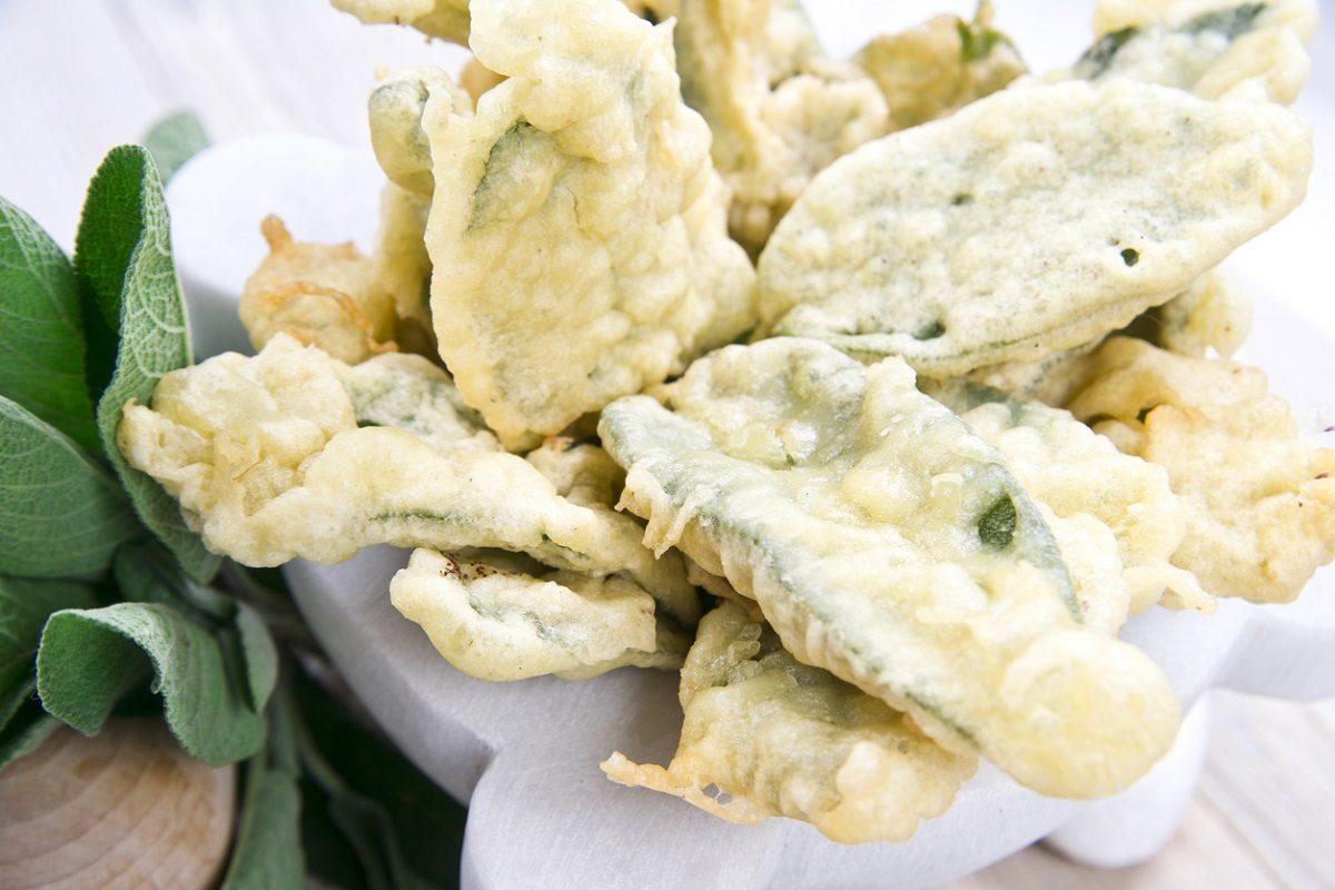 Salvia fritta in pastella: la ricetta dell'antipasto sfizioso e croccante