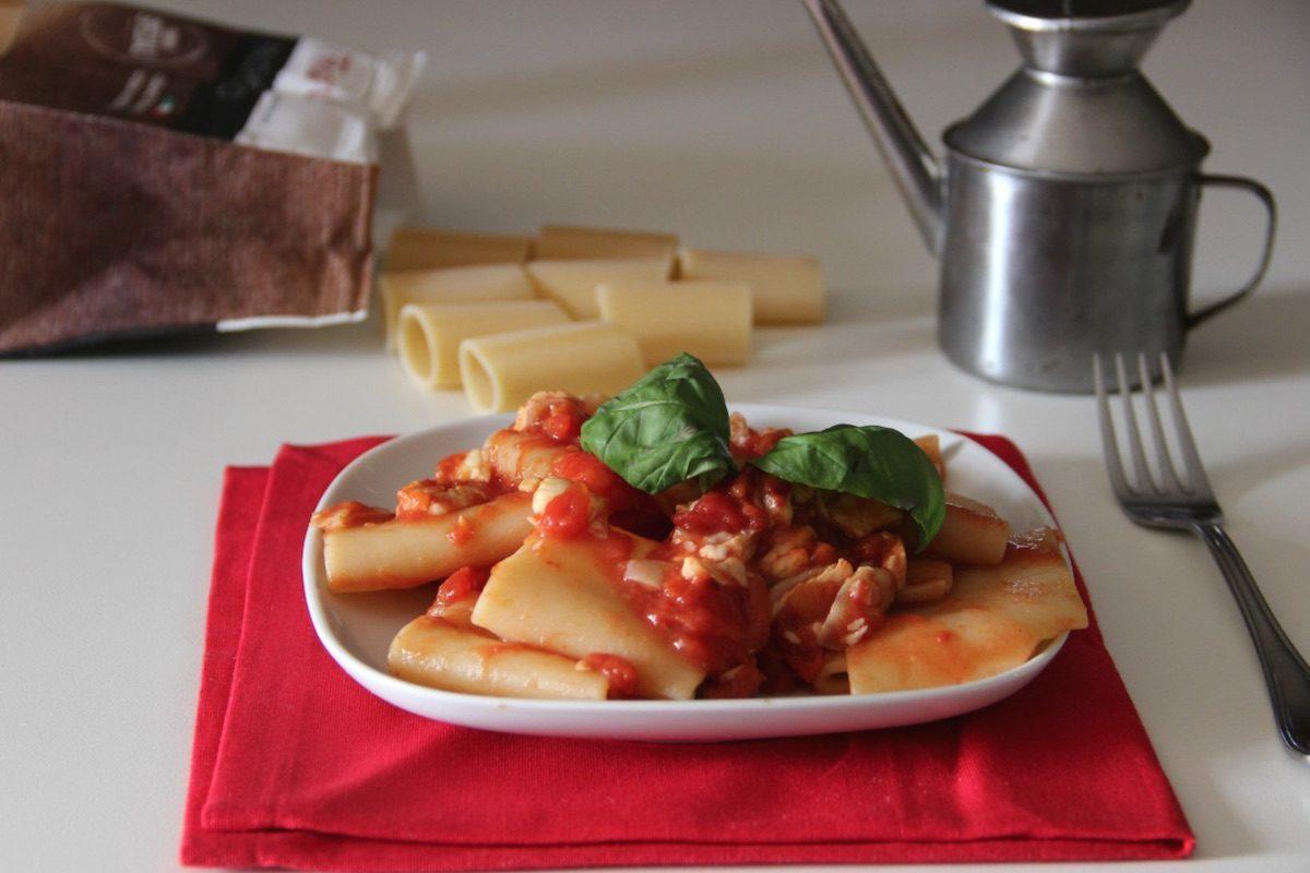 Paccheri al ragù di spigola: la ricetta di un primo piatto mediterraneo