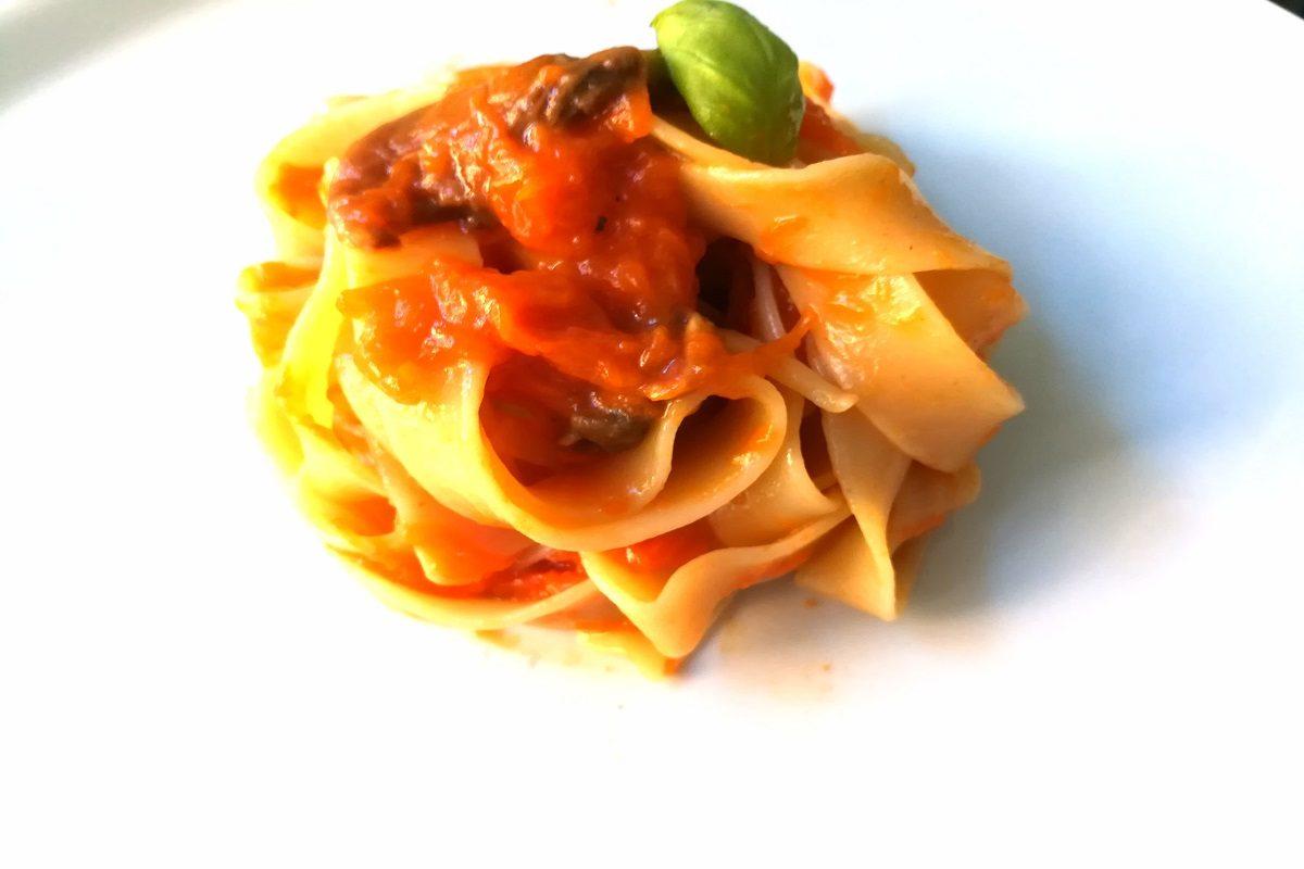 Pappardelle alla zucca, funghi e pancetta croccante: la ricetta del primo perfetto