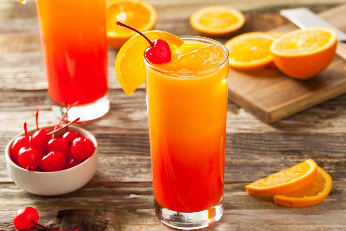 Tequila sunrise: la ricetta e le dosi del long drink dissetante e colorato