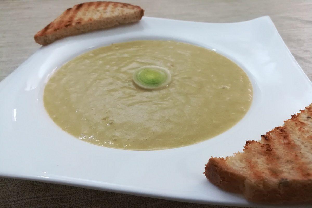 Vellutata di porri: la ricetta del primo piatto cremoso e leggero
