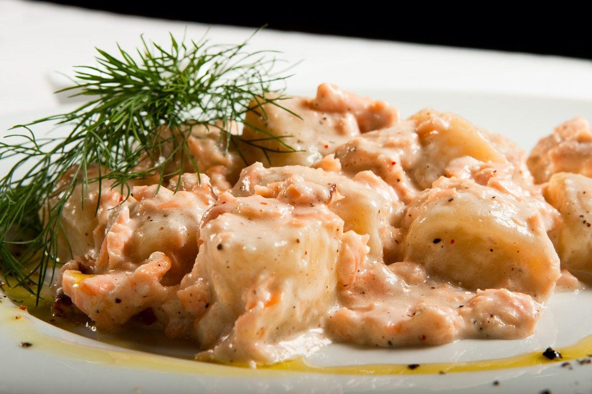 Gnocchi al salmone: la ricetta del primo piatto gustoso per una cena romantica