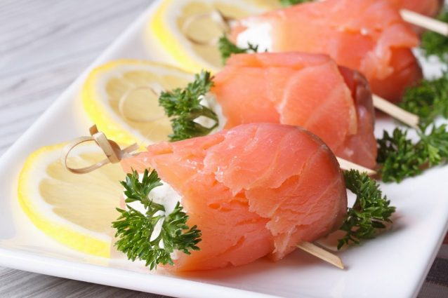Antipasti Di Natale Salmone.Involtini Di Salmone La Ricetta Dell Antipasto Veloce E Delizioso
