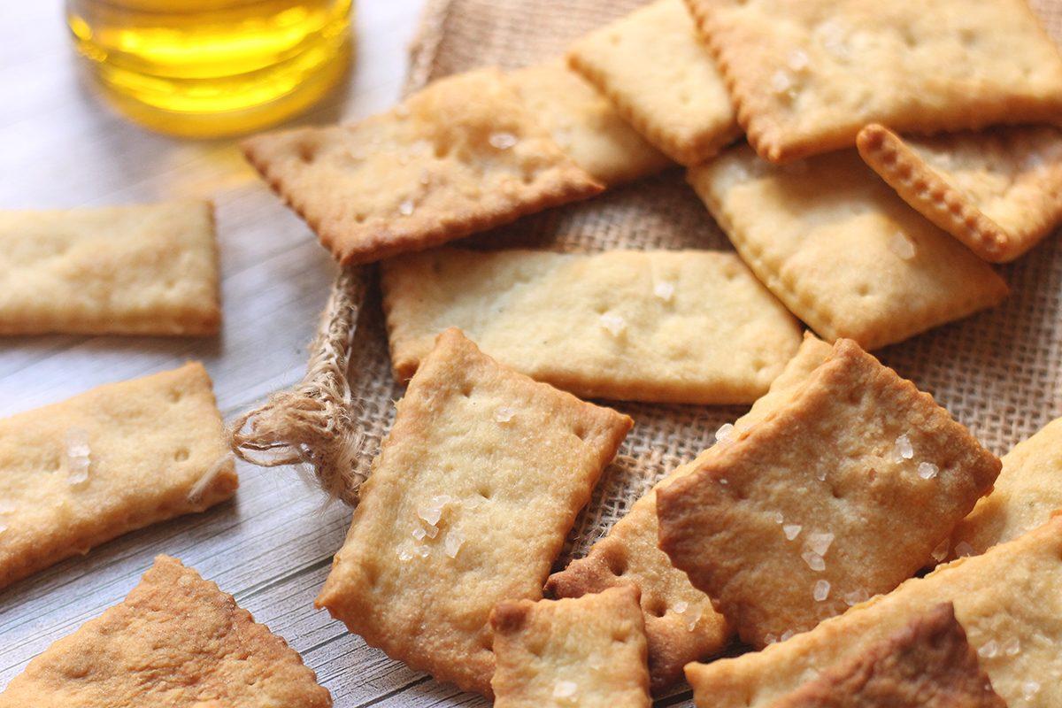 Crackers: la ricetta facile per farli friabili