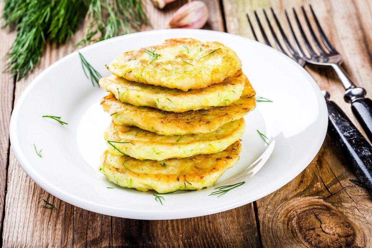 Frittelle di riso salate: la ricetta sfiziosa per riciclare il riso avanzato