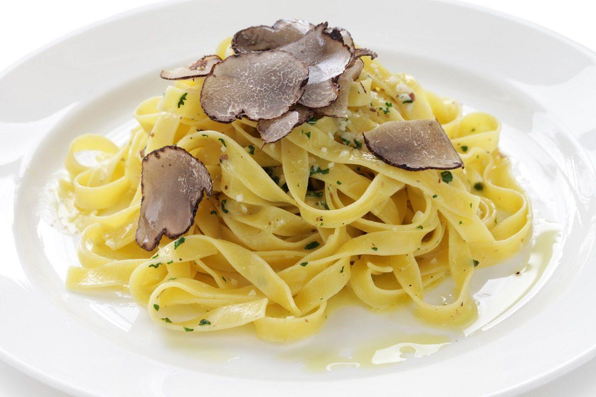 Tagliatelle al tartufo: la ricetta del primo raffinato dal profumo inconfondibile