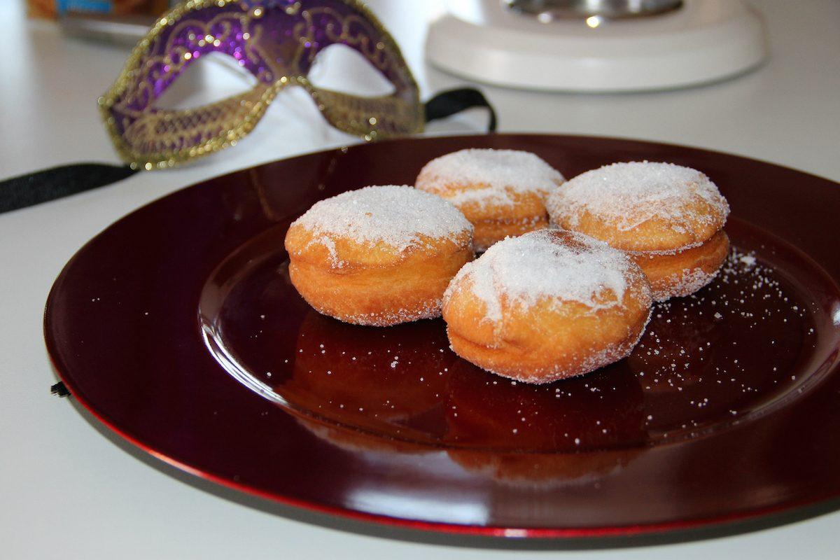 Bombe fritte: la ricetta dei dolci golosissimi da fare in casa