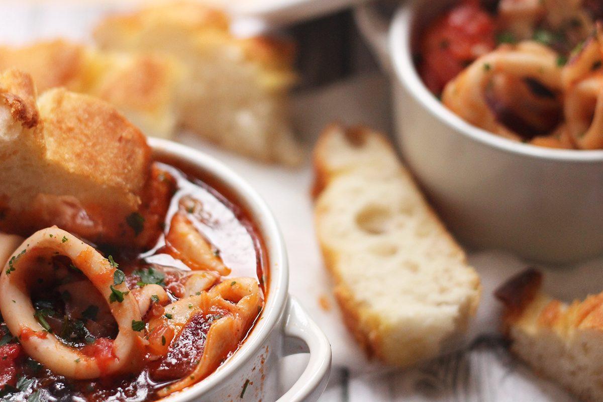 Calamari in umido: la ricetta del secondo piatto di pesce al sugo