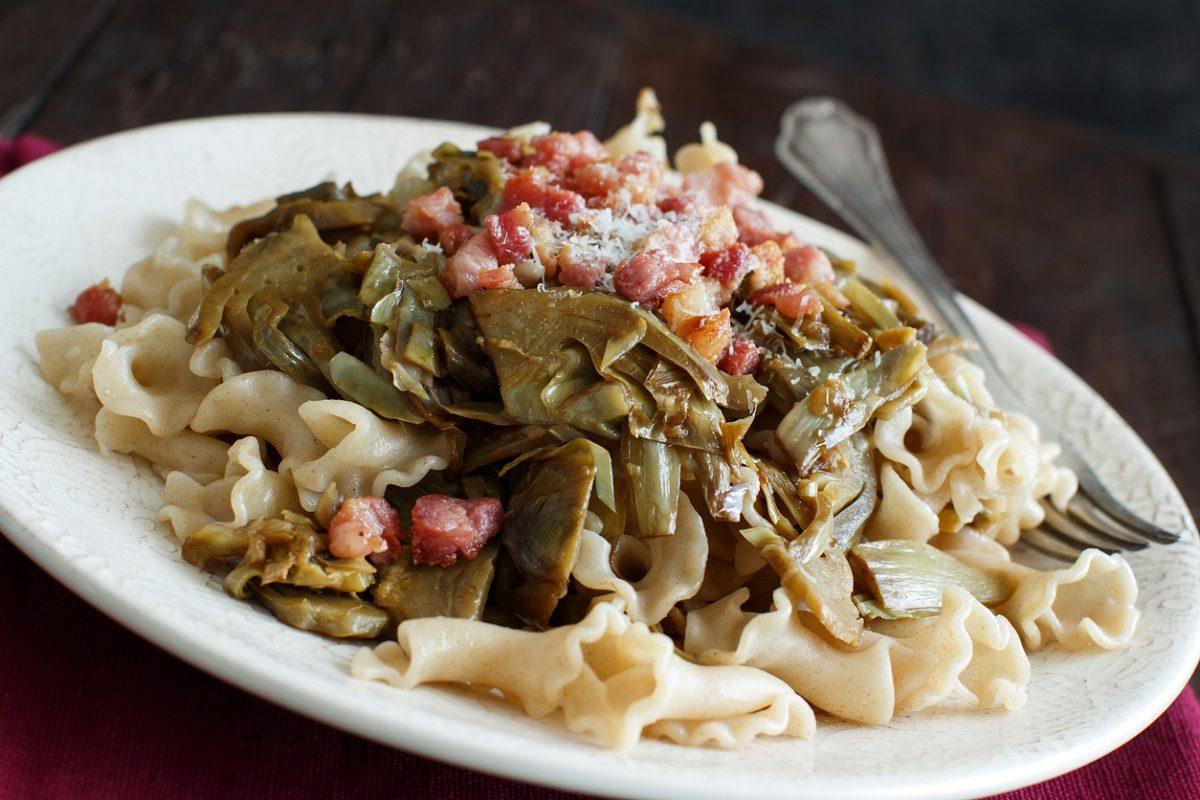 Pasta carciofi e pancetta: la ricetta del primo piatto ricco e sostanzioso