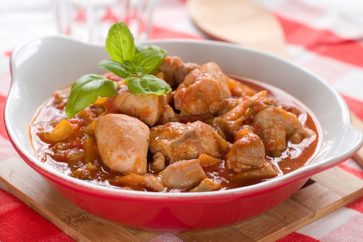 Pollo in umido: la ricetta del secondo piatto economico dal sapore delicato