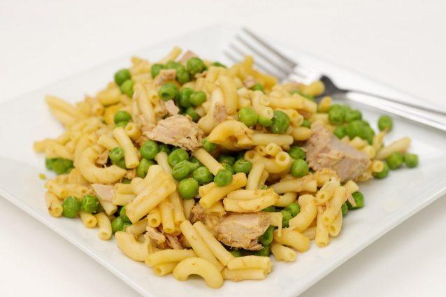 https://static.cookist.it/wp-content/uploads/sites/21/2018/04/pasta-tonno-e-piselli-638x425.jpg