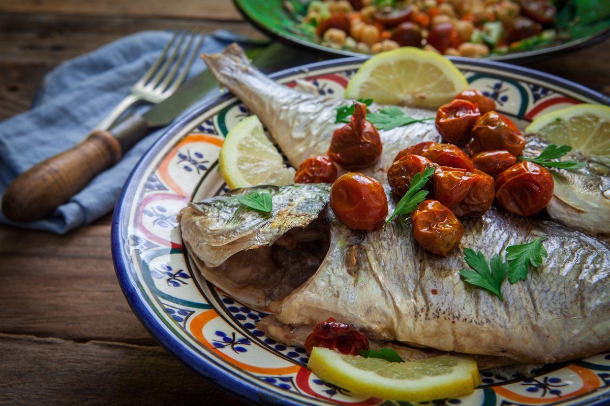 Spigola all'acqua pazza: la ricetta del secondo di pesce leggero e gustoso