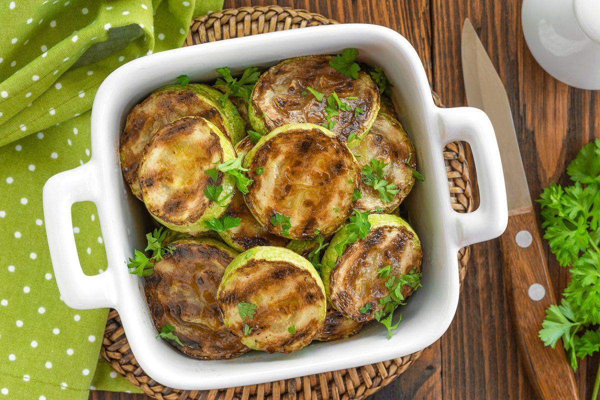 Zucchine marinate: la ricetta del contorno estivo da preparare in poco tempo