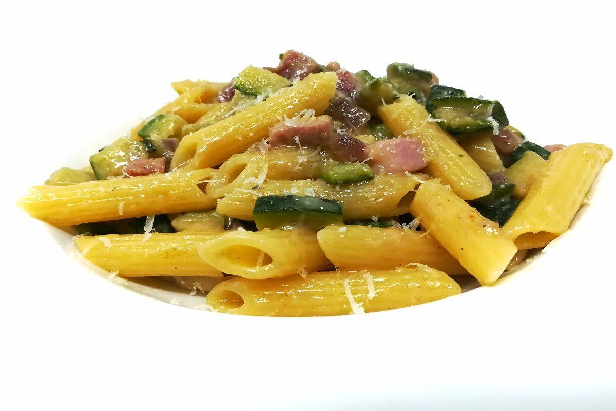 Pennette con zucchine e speck: la ricetta veloce e sfiziosa