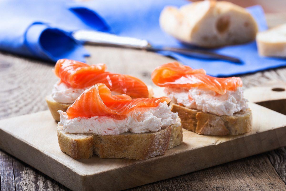 Mousse di salmone: la ricetta dell'antipasto ideale per farcire crostini e tartine