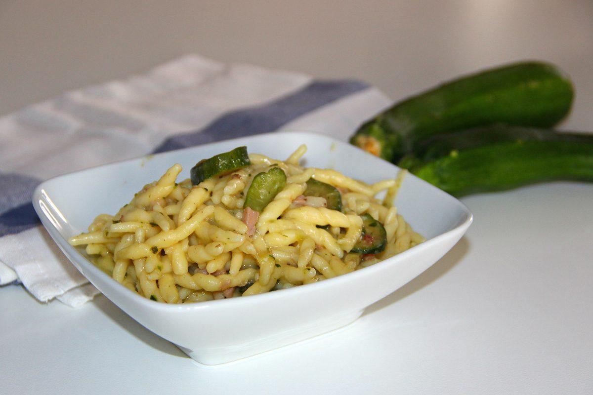 Trofie con crema di zucchine e speck: la ricetta del primo dal sapore intenso