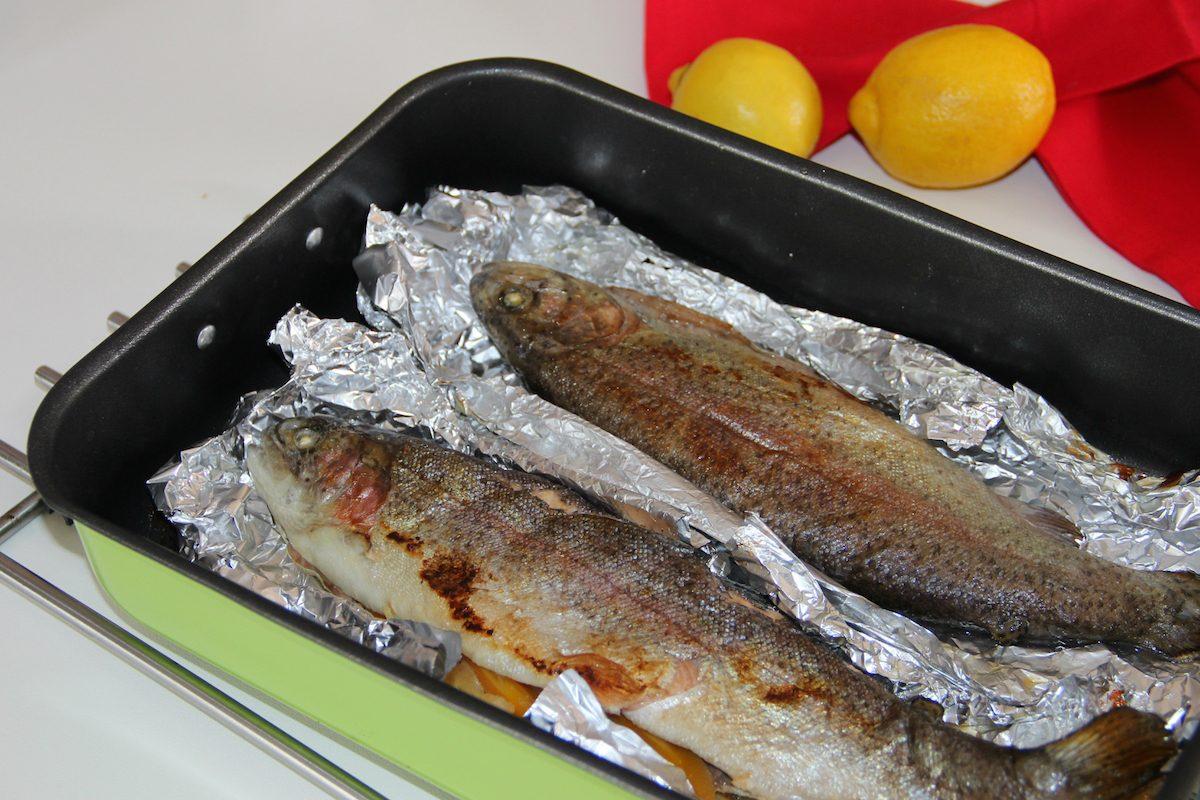 Trota al cartoccio: la ricetta e i consigli per pulire il pesce
