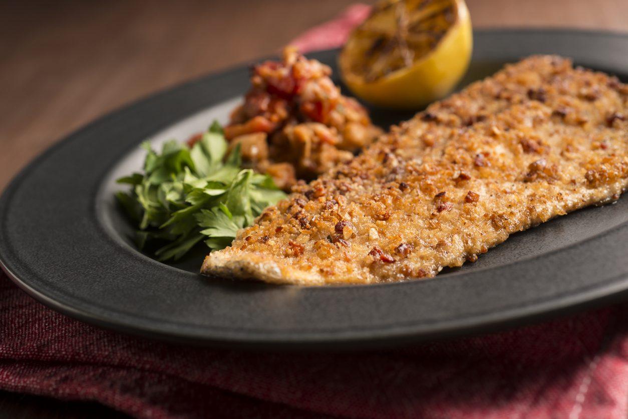 Filetti di trota salmonata al forno: la ricetta per prepararli gustosi e aromatici
