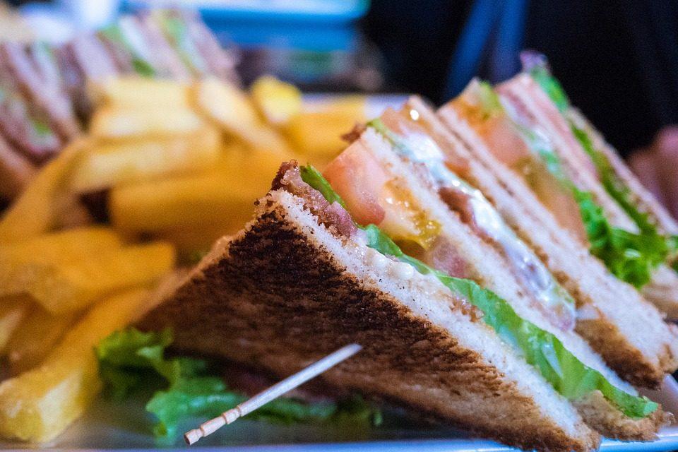 Club Sandwich: la ricetta del panino ricco e succulento di origine anglosassone