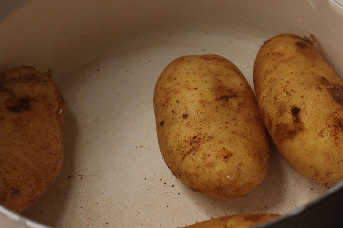 Lessare le patate in abbondante acqua salata