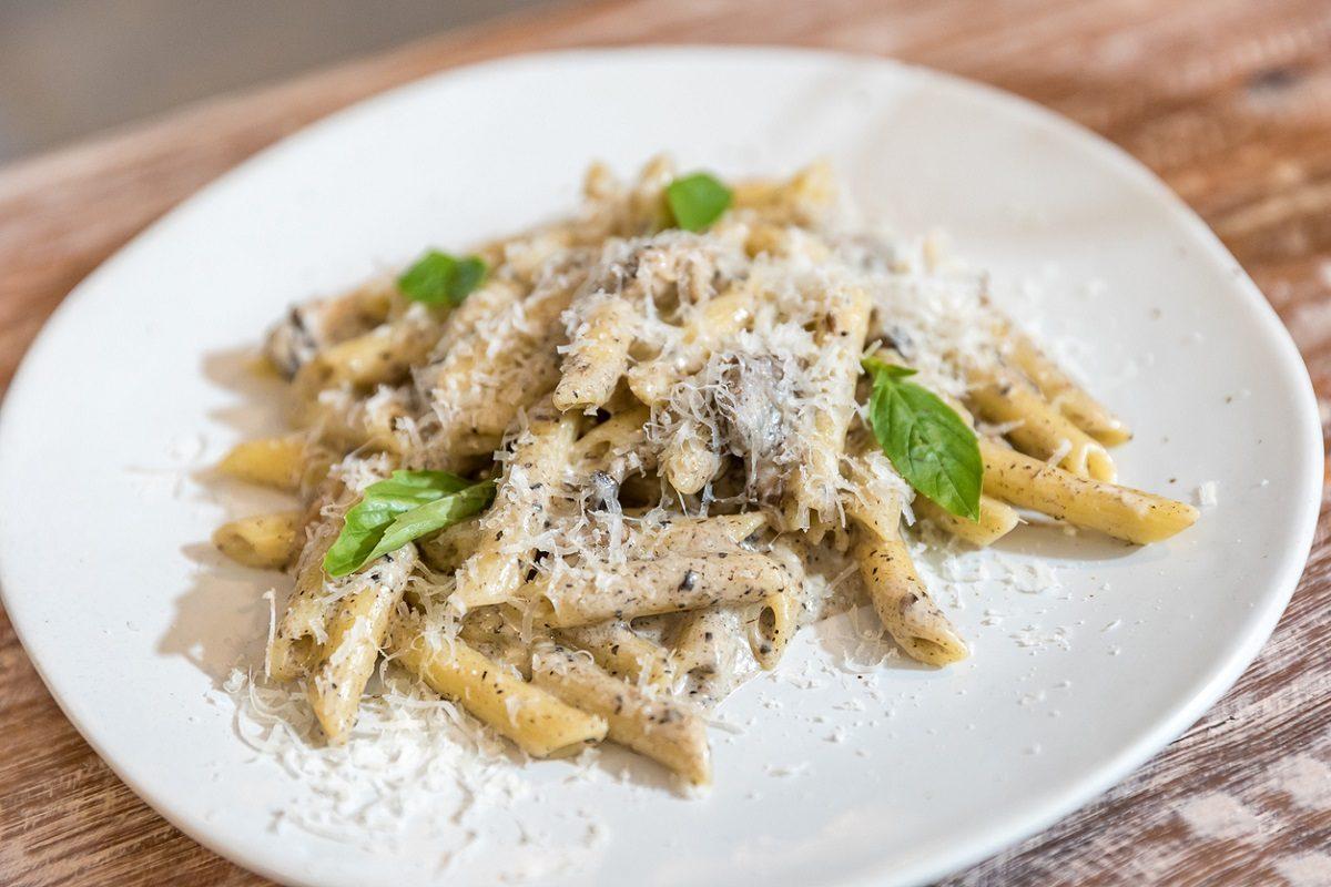 Pasta alla cenere: la ricetta del primo piatto veloce con gorgonzola e olive