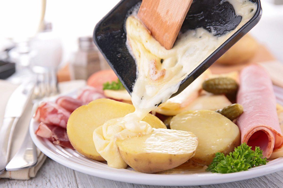 Raclette: la ricetta a base del tradizionale formaggio svizzero tipica del canton Vallese