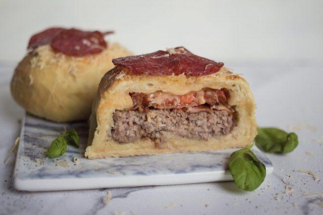 Pizza burger: la ricetta dell'hamburger fatto con l'impasto della pizza