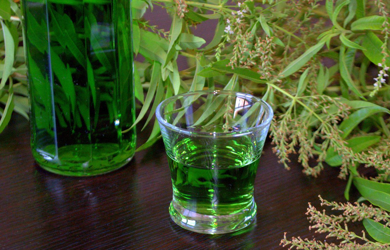 Liquore al basilico: la ricetta del digestivo dal sapore fresco