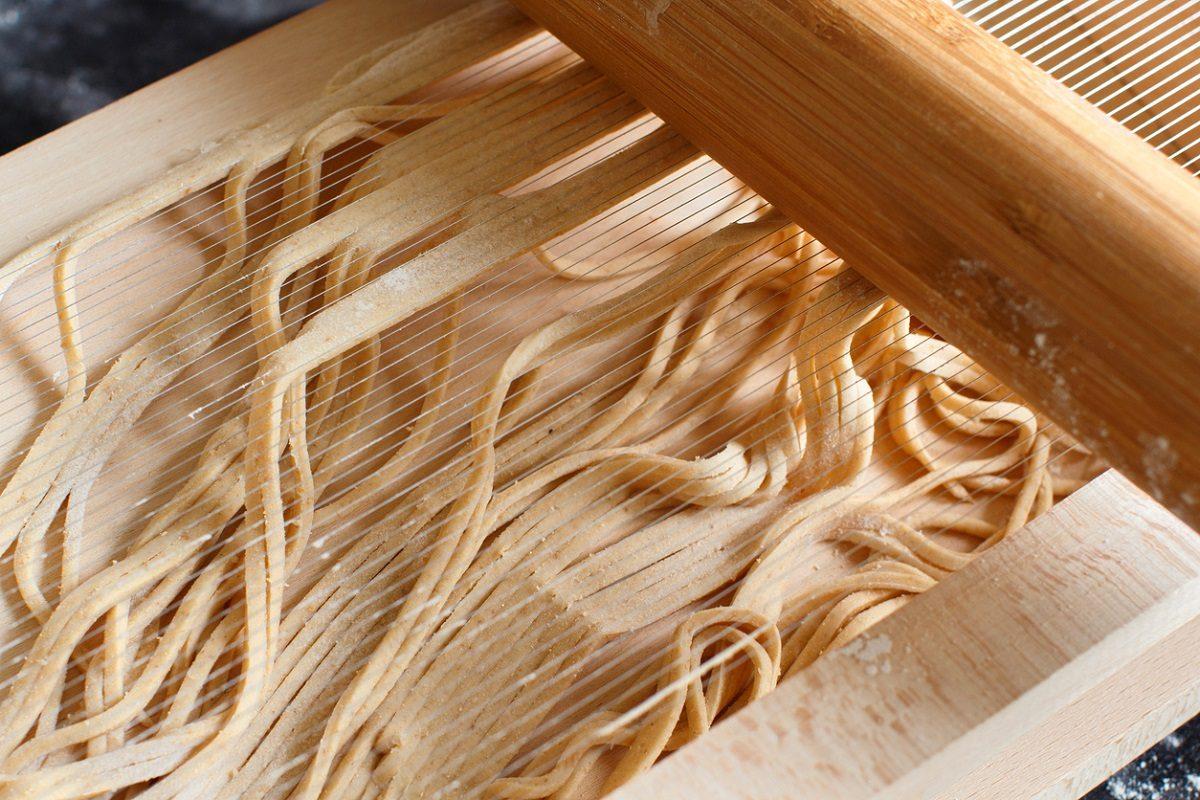Spaghetti alla chitarra: la ricetta originale della pasta all'uovo tipica abruzzese