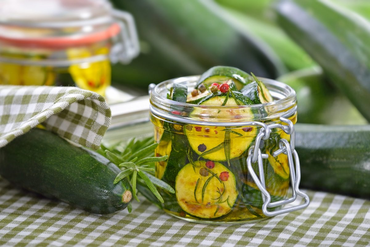 Zucchine sott'olio: la ricetta antica della nonna per conservarle croccanti