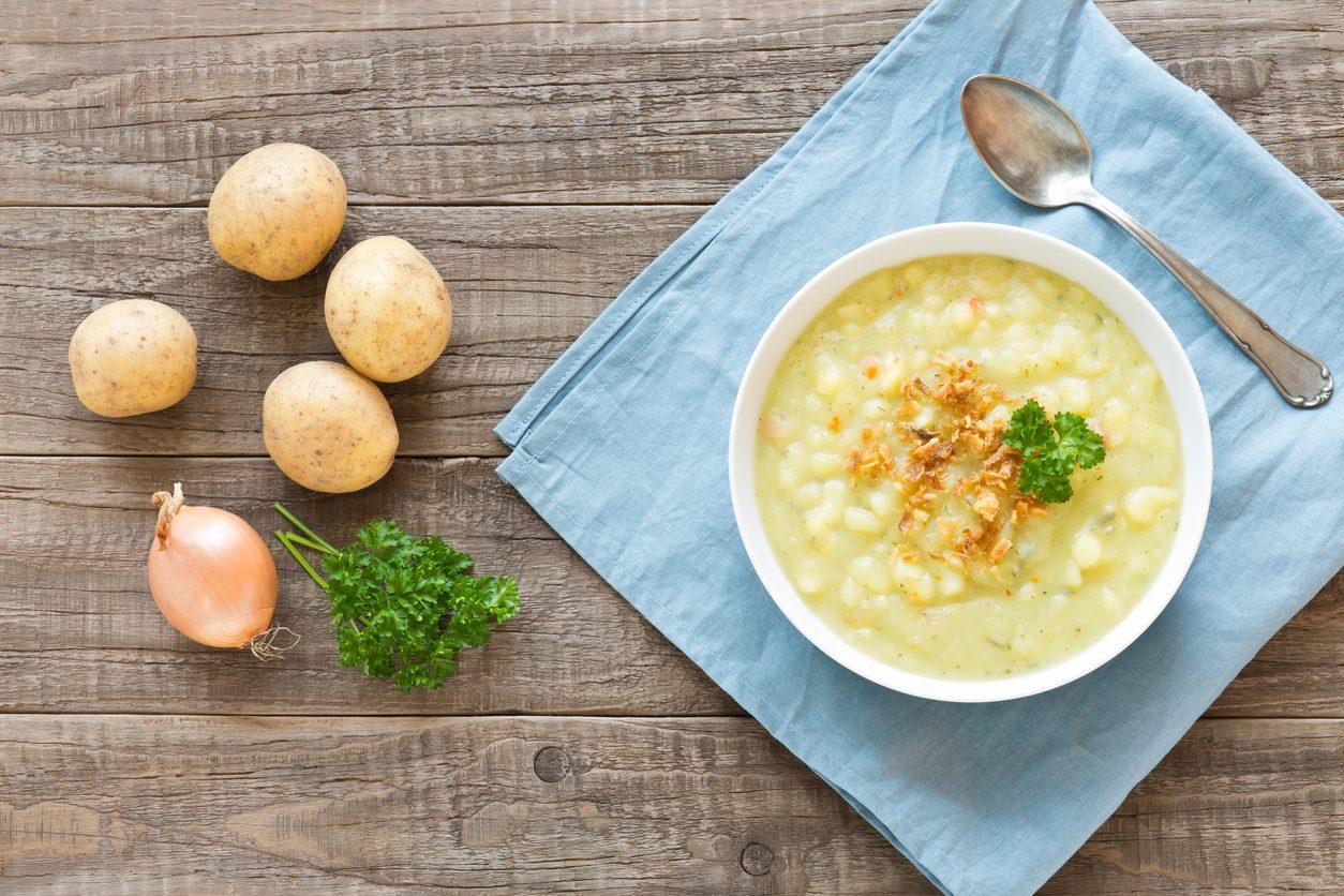 Minestra di patate: la ricetta facile e veloce per un piatto rustico