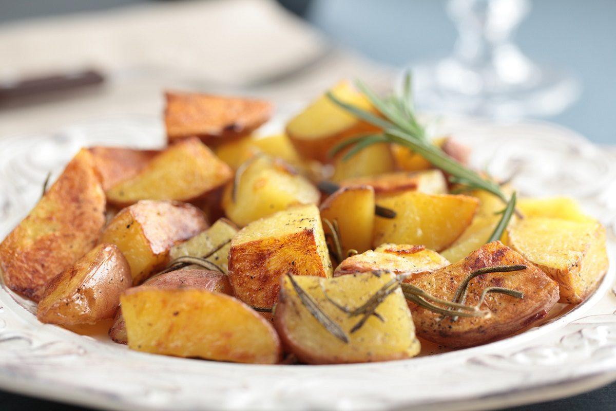 Patate al forno speziate: la ricetta del contorno per piatti di carne