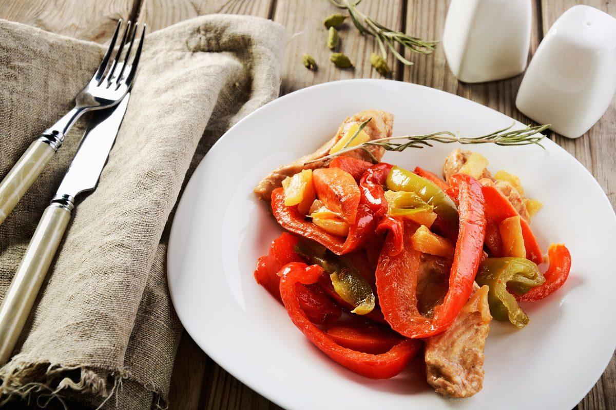 Straccetti di pollo con peperoni: la ricetta veloce da servire anche come piatto unico