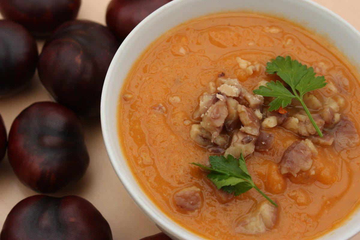 Zuppa di zucca e castagne: la ricetta del piatto autunnale caldo e cremoso